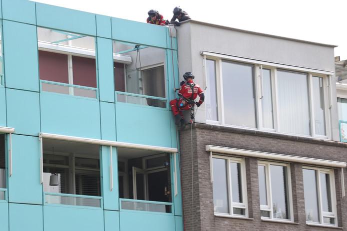 Het hoogtereddingsteam van de VRU schoot woensdagochtend een buitengesloten bewoner te hulp aan de Rijnlaan in Nieuwegein.
