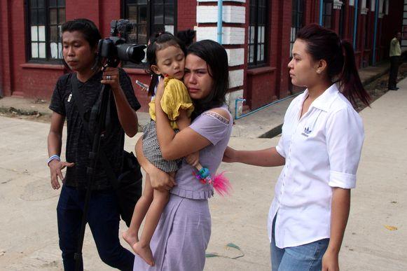 De vrouw van Kyaw Soe Ooe, Chit Suu Win, met hun dochtertje, Moe Thin Wai Zan.