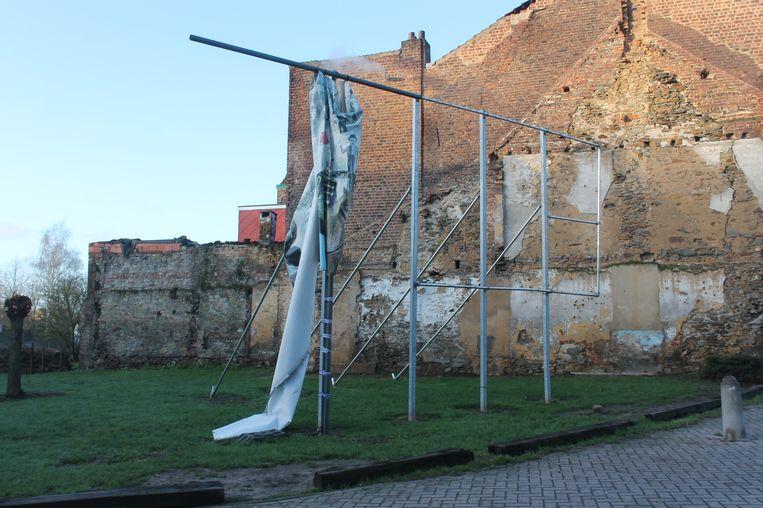Het doek werd volledig weggeblazen door de windstoten van afgelopen dagen.