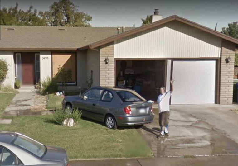 De vader van Andrea Pristas was haar auto aan het wassen, toen de Google Street View Car voorbijreed.