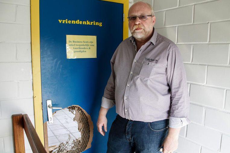 Clubsecretaris Ronny Heuvinck toont de schade aan de deur.