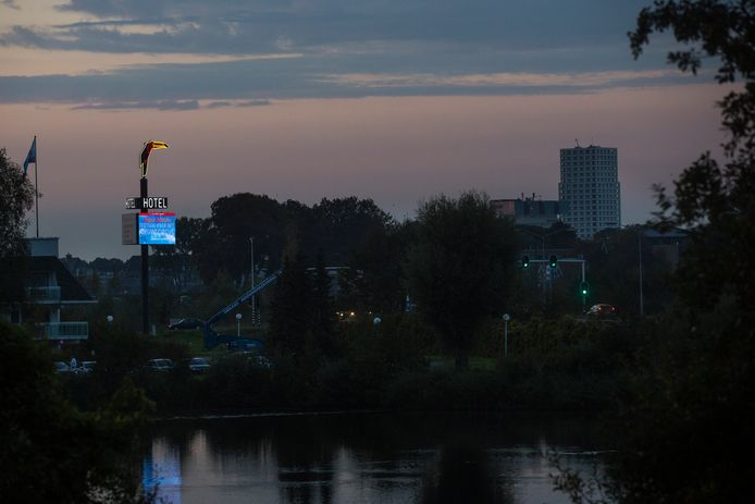 De lichtreclame aan de Bossche Randweg van Van der Valk Hotel Vught/'sHertogenbosch.