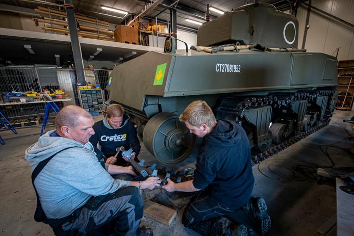 Met man en macht wordt er nog steeds gewerkt aan de replica van de Shermantank. Van links naar rechts op de foto: Mart, Anton & Colin.