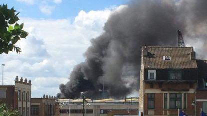 Brand bij afvalverwerker in Anderlecht, brandweer vraagt inwoners ramen en deuren gesloten te houden