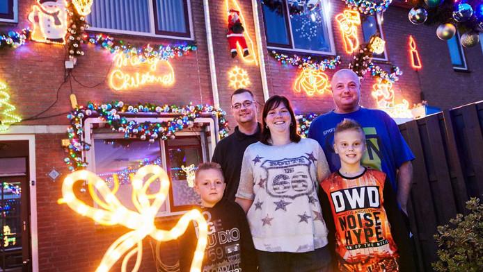 De familie Lok voor hun woningen, met van links naar rechts Micha Lok, Jan Lok, zijn echtgenote Lydia van Duijn, broer Ben Lok en zijn zoon Tygo Lok. ,,Iedereen vindt het geweldig.''