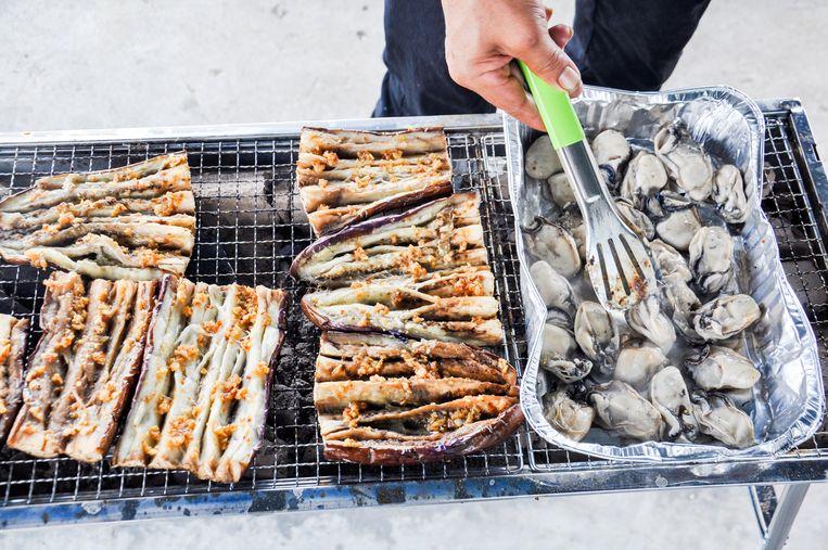 Aubergines en oesters op de barbecue. Beeld Nell Westerlaken