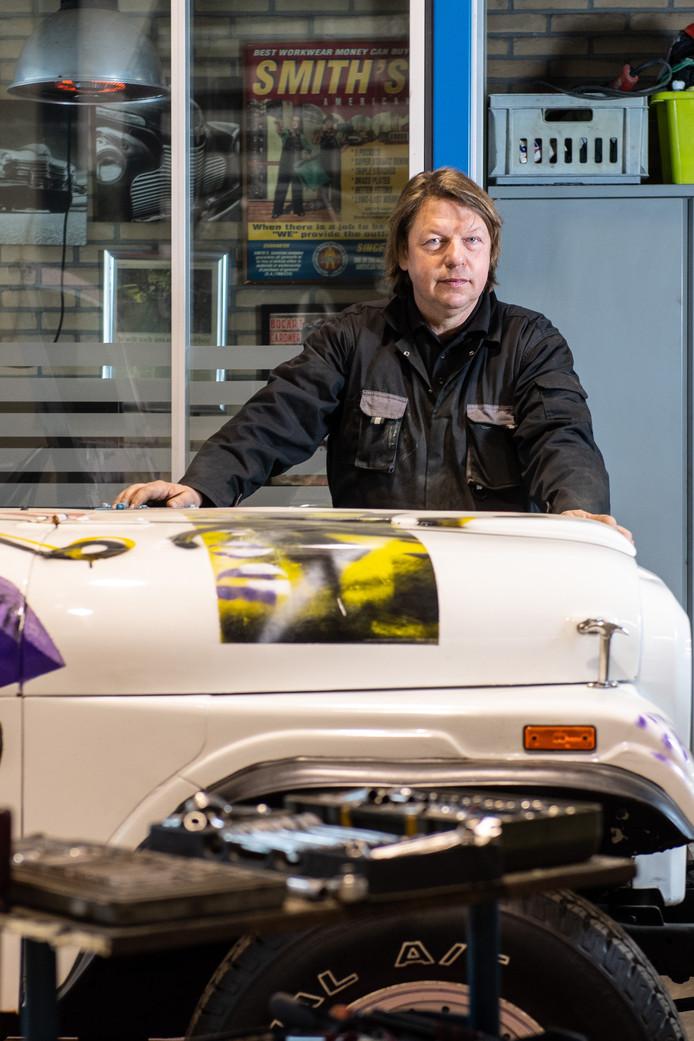 De door Herman Brood beschilderde terreinwagen heeft een opknapbeurt nodig. Een leuke klus voor Gerrit Reekers.