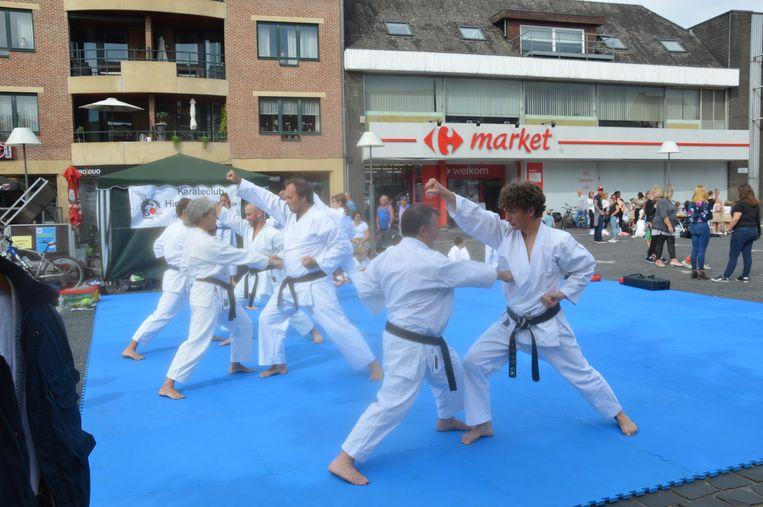 Demonstratie door karateclub Hiryu Ninove op de Graanmarkt.