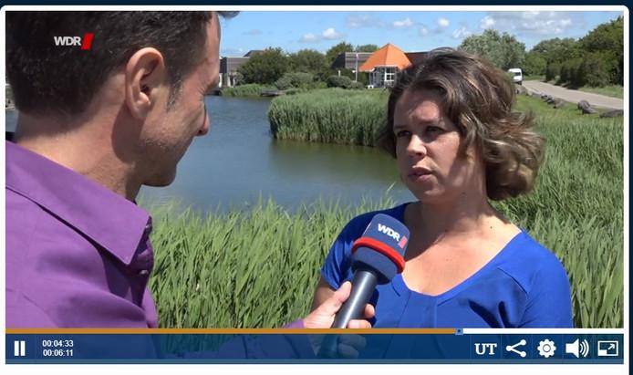 Still uit de uitzending van de WDR : Myrthe de Jager van Kustlicht Zeeland Vakanties staat de Duitse reporter te woord.
