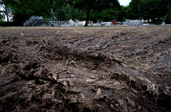 Het grasveld veranderde tijdens Wantijpop vanwege de hevige regenval in een modderpoel.