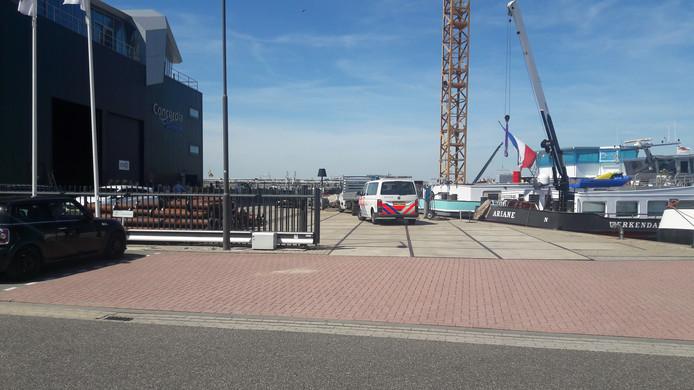 De politie doet onderzoek op het terrein van Concordia Damen in de Biesboschhaven Noord in Werkendam.