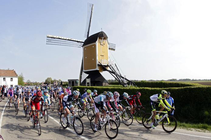 Wielrennen in Zuid-Limburg: het peloton rijdt voorbij de St Hubertusmolen nabij Beek.