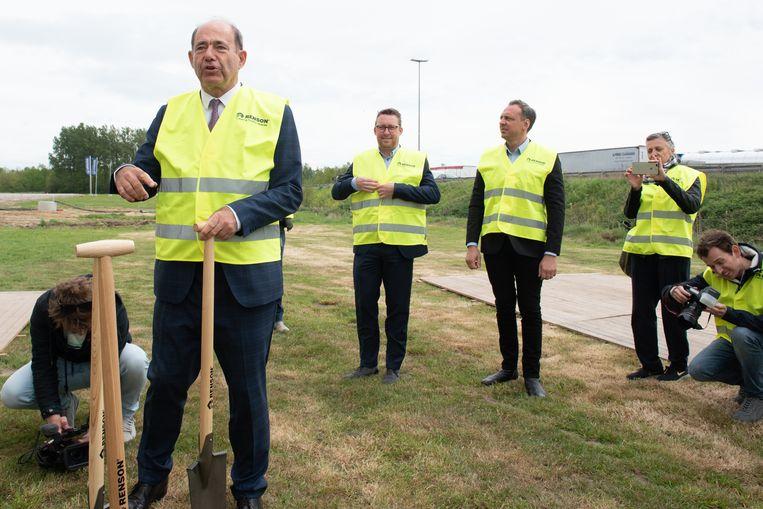 CEO Paul Renson doet de symbolische eerste spadesteek op het terrein.