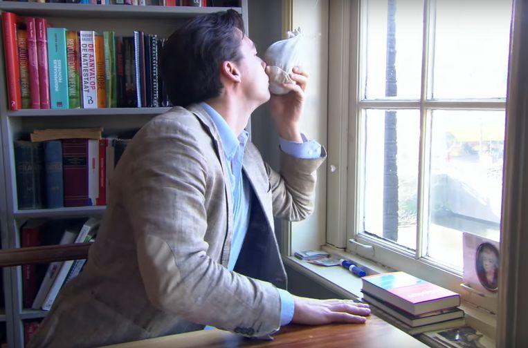 Thierry Baudet ruikt aan zijn zakje lavendel. Beeld screenshot via YouTube
