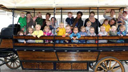 Kleuters met huifkar naar kinderboerderij Lentehei
