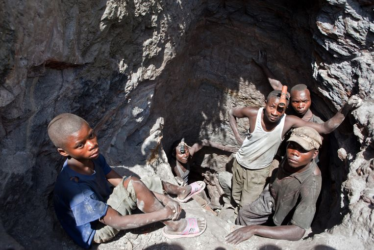 Jangeren werken in een mijn in Congo. Auteur Scheidler beschouwt de mijnbouw als één grote misdaad, vanaf de Romeinse tijd tot in het hedendaagse Congo. Beeld Jan-Joseph Stok