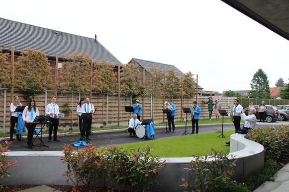De Koninklijke Harmonie Sint-Cecilia treedt op aan woonzorgcentrum De Linde in Wortegem-Petegem