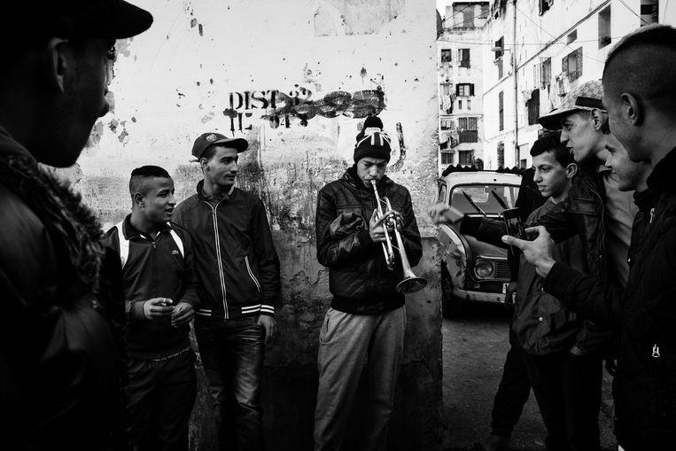 Algerijnse jongeren in de hoofdstad Algiers. Een foto uit de reeks van Romain Laurendeau, die hiermee Fotoverhaal van het jaar won.  Beeld Romain Laurendeau