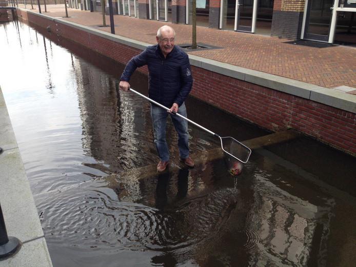 Hans van Manen oefent vast met het opvissen van de goudvissen.