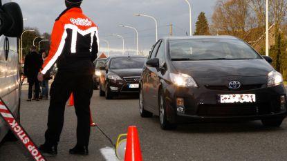 Bestuurder valt na politiecontrole uit wagen, rijdt over eigen been en tegen andere auto