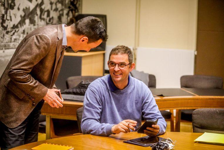 Björn Anseeuw (N-VA) slaat een praatje met Kurt Claeys (Open Vld).