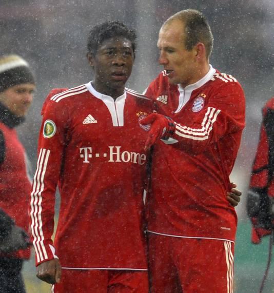David Alaba krijgt instructies van Arjen Robben.