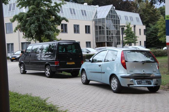 Bestelwagen botst achterop auto op Bosscheweg in Boxtel. Na het ongeluk zijn de auto's van de weg gesleept.