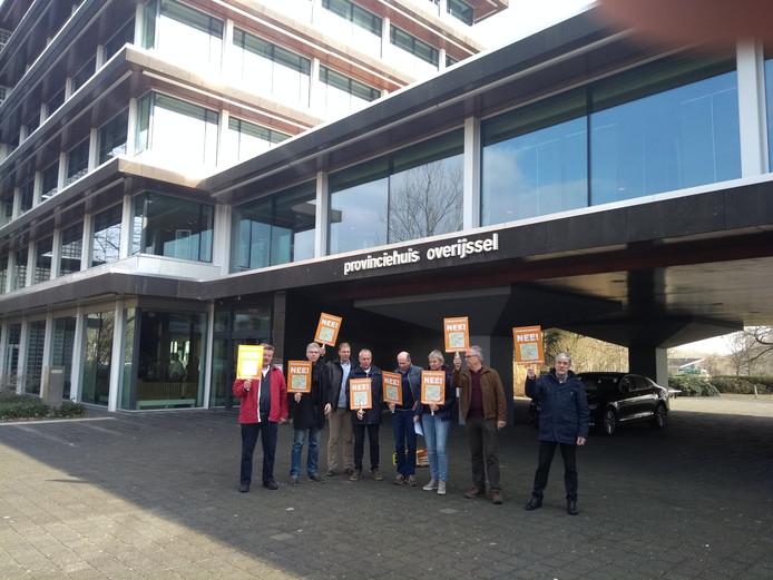 De actiegroepen tegen de Verbindingsweg bij het provinciehuis in Zwolle