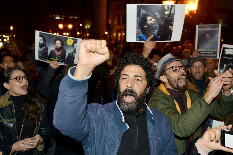 Demonstranten steunen journalist Omar Radi, die eind december werd opgepakt omdat hij kritisch had getwitterd over een rechter in het Rif-proces. Beeld AFP