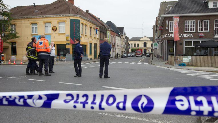 Politie aan het café in Torhout waar de dodelijke steekpartij plaatsvond. Archieffoto 16 juli 2011.