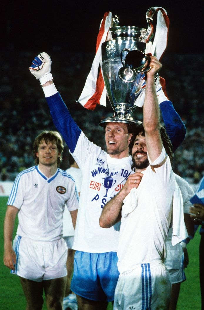 Hans van Breukelen met de Champions League-beker, rechts Eric Gerets, links Soren Lerby