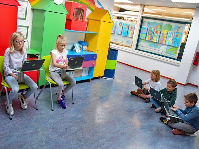 Met een Z-tool kun je overal je werkplekje maken. Mandy en Lynn (beiden uit de groep Minnepoort) en Tieme, Lars en Bruce (groep Bastion) zijn geconcentreerd aan het werk.