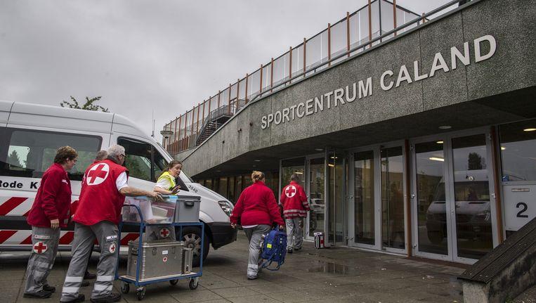 Het Rode Kruis is sinds vannacht bezig met het inrichten van de noodopvang. Beeld Rink Hof