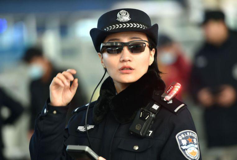 De Chinese politie is ook uitgerust met slimme zonnebrillen die gezichten kunnen herkennen.