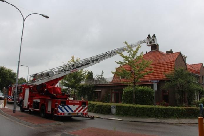Ladderwagen bij schoorsteenbrand.