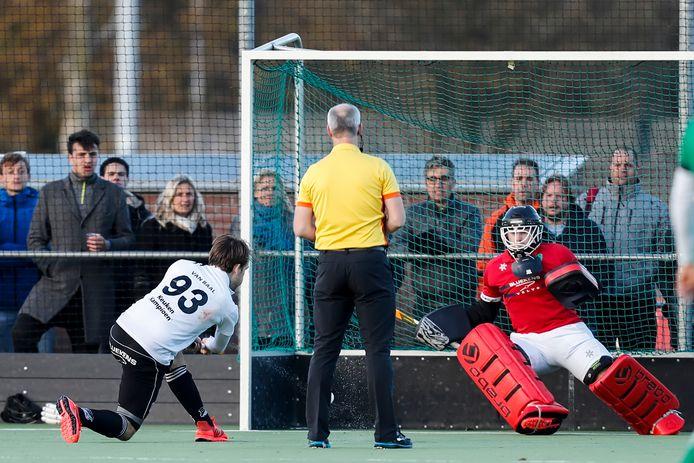 Milan van Baal (links) scoorde tweemaal namens Zwart-Wit tegen Upward. (archieffoto)
