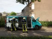 Busje vat vlam in Waalwijk door accu van bouwlamp