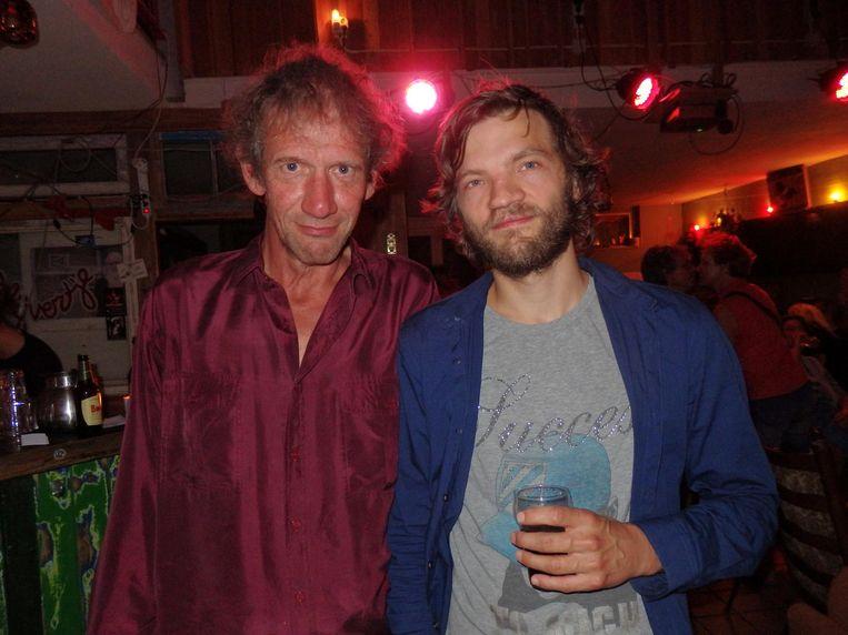 Organisator Paul Schaaps (l) en invallend dichter Emile den Tex Beeld Hans van der Beek