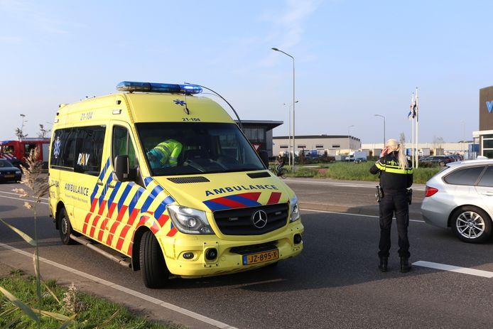Een auto is na een botsing tegen een lantaarnpaal op zijn kop beland in Boxtel.