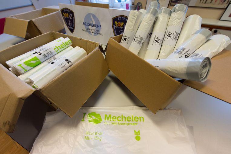 Een partij namaak vuilzakken van Stad Mechelen, Stad Antwerpen en Stad Gent die de Mechelse recherche in beslag nam.