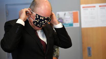 Minister Geens bezoekt pop-up naaiatelier en krijgt modieus mondmasker aangemeten