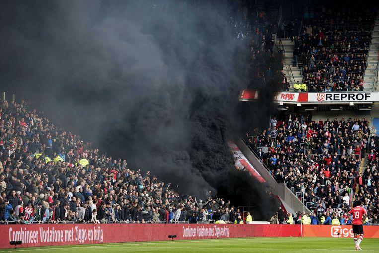 Een rookbom in het PSV stadion waar PSV met 1-0 won van Ajax. Beeld ANP