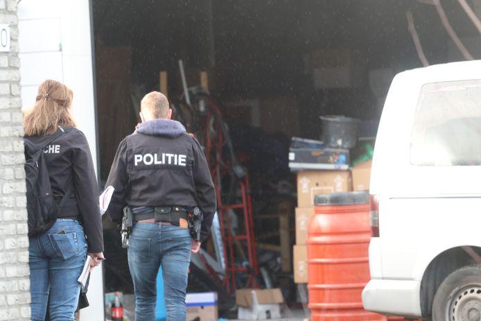 De politie doet onderzoek in de loods aan de Floralaan in Apeldoorn.