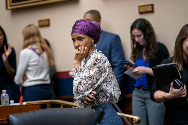 Ilhan Omar verscheen woensdag op een commissievergadering van het Huis van Afgevaardigden. Zij weigerde opnieuw vragen van journalisten te beantwoorden over haar omstreden uitspraken.  Beeld AP