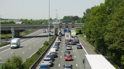Aanrijding tussen vrachtwagen en auto op E40 in Sint-Denijs-Westrem