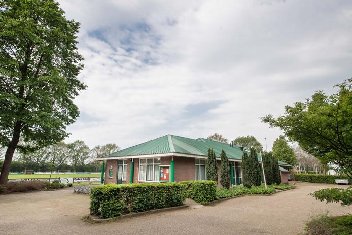 Het verouderde sportcomplex is een van de opties voor een nieuwe dorpsaccommodatie.