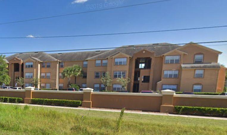 Een buurman vond de pasgeboren baby in een appartementencomplex in Orlando.
