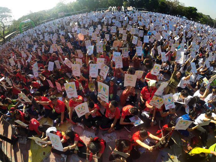 Duizenden Filipijnse studenten doen mee aan het Guinness World Record voor de meest massale tekenles in Quezon City. Het record is gehaald met 16.692 deelnemers en verslaat daarmee India's vorige record van 14.135 tekenaars. Foto Rouelle Umali/Xinhua