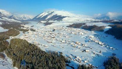 VIDEO. Prachtige luchtbeelden tonen idyllisch besneeuwd dorpje in noorden van China