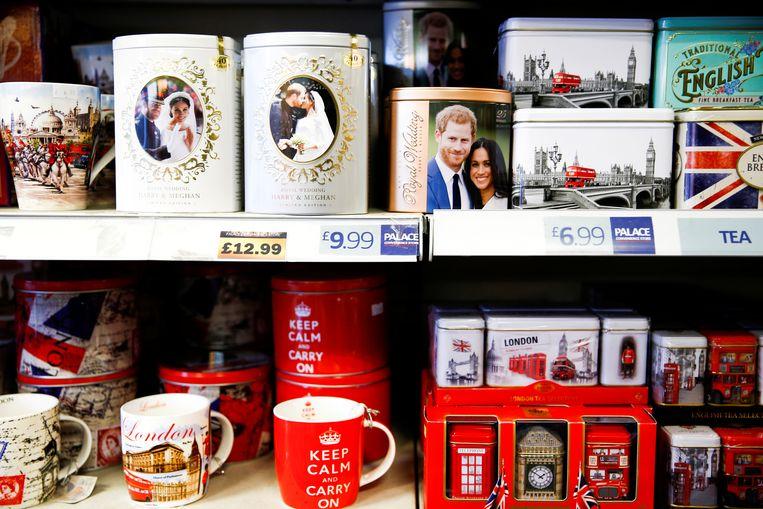 Souvenirs met Harry en Meghan vlakbij Buckingham Palace. Hoe lang nog? Beeld REUTERS